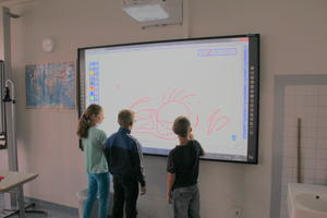 Schüler testen interaktives Whiteboard